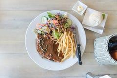 Стейк свиных отбивних с фраями салата и француза Взгляд сверху Стоковое фото RF