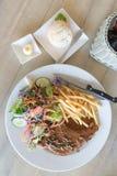 Стейк свиных отбивних с фраями салата и француза Взгляд сверху Стоковая Фотография RF