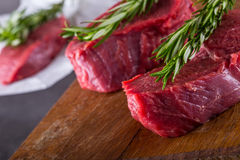 Стейк стейк говядины сырцовый Свежий сырцовый стейк говядины филея отрезал траву o - украшение Розмари Стоковое Изображение RF