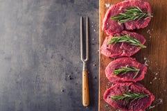 Стейк стейк говядины сырцовый Свежий сырцовый стейк говядины филея отрезал траву o - украшение Розмари Стоковое Фото