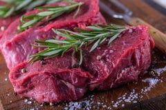 Стейк стейк говядины сырцовый Свежий сырцовый стейк говядины филея отрезал траву o - украшение Розмари Стоковые Изображения