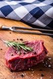 Стейк стейк говядины сырцовый Свежий сырцовый стейк говядины филея отрезал траву o - украшение Розмари Стоковые Фотографии RF