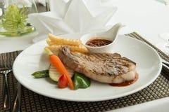 Стейк с соусом перца на плите вместе с овощем Стоковая Фотография RF