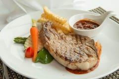 Стейк с соусом перца на плите вместе с овощем Стоковые Изображения RF