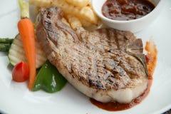 Стейк с соусом перца на плите вместе с овощем Стоковые Изображения
