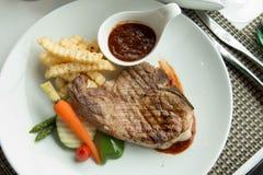 Стейк с соусом перца на плите вместе с овощем Стоковые Фотографии RF