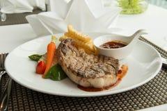 Стейк с соусом перца на плите вместе с овощем Стоковое Изображение RF