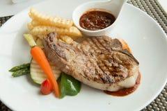 Стейк с соусом перца на плите вместе с овощем Стоковое фото RF