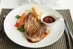 Стейк с соусом перца на плите вместе с овощем Стоковая Фотография