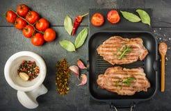 Стейк с специями и томатами стоковое фото