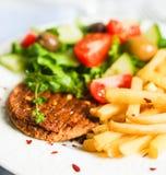 Стейк с фраями и салатом француза Стоковое фото RF
