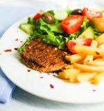 Стейк с фраями и салатом француза Стоковые Фотографии RF