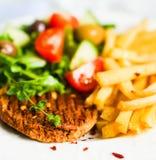 Стейк с фраями и салатом француза Стоковая Фотография