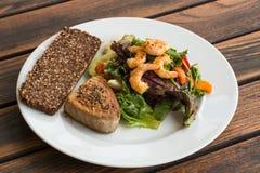 Стейк тунца и салат v1 овоща Стоковые Фото