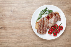 Стейк филея с томатами розмаринового масла и вишни на плите Стоковое Изображение