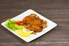 Стейк филе свинины с томатами вишни, лимоном и салатом в белом блюде на серой предпосылке Стоковое Изображение