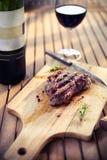 Стейк BBQ Барбекю зажарило мясо стейка говядины с красным вином и kn Стоковые Изображения RF