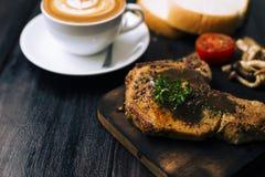 Стейк Kulobuta с кофе и хлебом Стоковые Фотографии RF