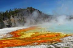Стекание гейзера эксцельсиора, на полпути таз гейзера, национальный парк Йеллоустона, Вайоминг Стоковая Фотография