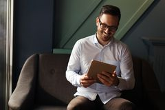 Стекла бизнесмена нося держа таблетку стоковые изображения rf