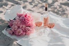 2 стекла букета розового вина и пиона на пикнике захода солнца стоковые изображения rf