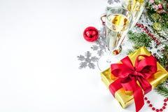 Стекла взгляд сверху шампанского и орнаментов рождества Стоковые Изображения RF