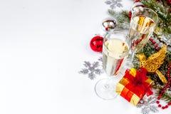 Стекла взгляд сверху шампанского и орнаментов рождества Стоковые Фото