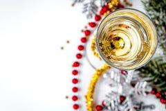 Стекла взгляд сверху шампанского и орнаментов рождества Стоковое фото RF