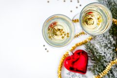 Стекла взгляд сверху шампанского и орнаментов рождества Стоковое Изображение