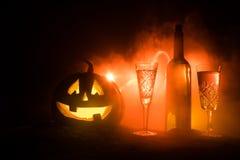 2 стекла вина и бутылки с хеллоуином - старого Джек-o-фонарика на темной тонизированной туманной предпосылке тыква halloween стра иллюстрация вектора