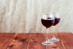 2 стекла вина на деревянном столе Стоковые Фото
