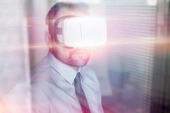 Стекла виртуальной реальности бизнесмена нося стоковое изображение