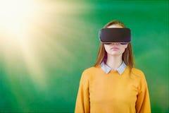 Стекла виртуальной реальности студентки подростка нося в классе на школе Новаторские методы обучения стоковое фото