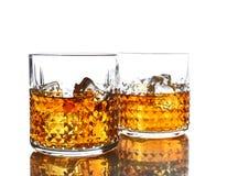 Стекла вискиа с льдом, изолированные на белизне стоковые изображения