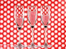 3 стекла воды на красной предпосылке круга показывая рефракцию Искусство стены холста Стоковое фото RF