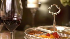 Стекла в вечере на таблице в restaurant-2 акции видеоматериалы
