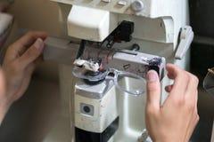 Стекла глаза делают путем сверлить машину в мастерской стоковое изображение
