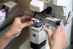 Стекла глаза делают путем сверлить машину в мастерской стоковые изображения