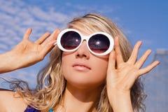 стекла девушки греют на солнце белизна Стоковое Изображение RF