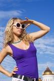 стекла девушки греют на солнце белизна Стоковая Фотография