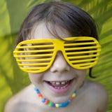 стекла девушки меньший желтый цвет солнца Стоковые Изображения
