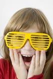 стекла девушки меньший желтый цвет солнца Стоковая Фотография RF