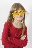 стекла девушки меньший ся желтый цвет солнца Стоковые Изображения RF