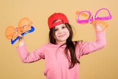 Стекла делают больше чем улучшает ваше зрение Милые небольшие стекла партии удерживания ребенк Крутая девушка партии выбирая прич стоковые фото