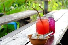 2 стекла замороженного fruity сока на старой деревянной планке стоковая фотография