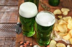 Стекла зеленых пива и закусок Стоковая Фотография
