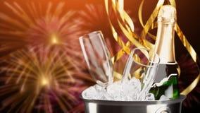 Стекла и бутылка шампанского в охладителе дальше Стоковые Изображения