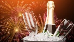 Стекла и бутылка шампанского в охладителе дальше Стоковое Фото
