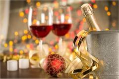 Стекла и бутылка шампанского в охладителе на свете Стоковое Изображение RF