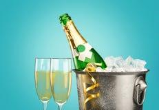 Стекла и бутылка шампанского в охладителе на свете Стоковая Фотография